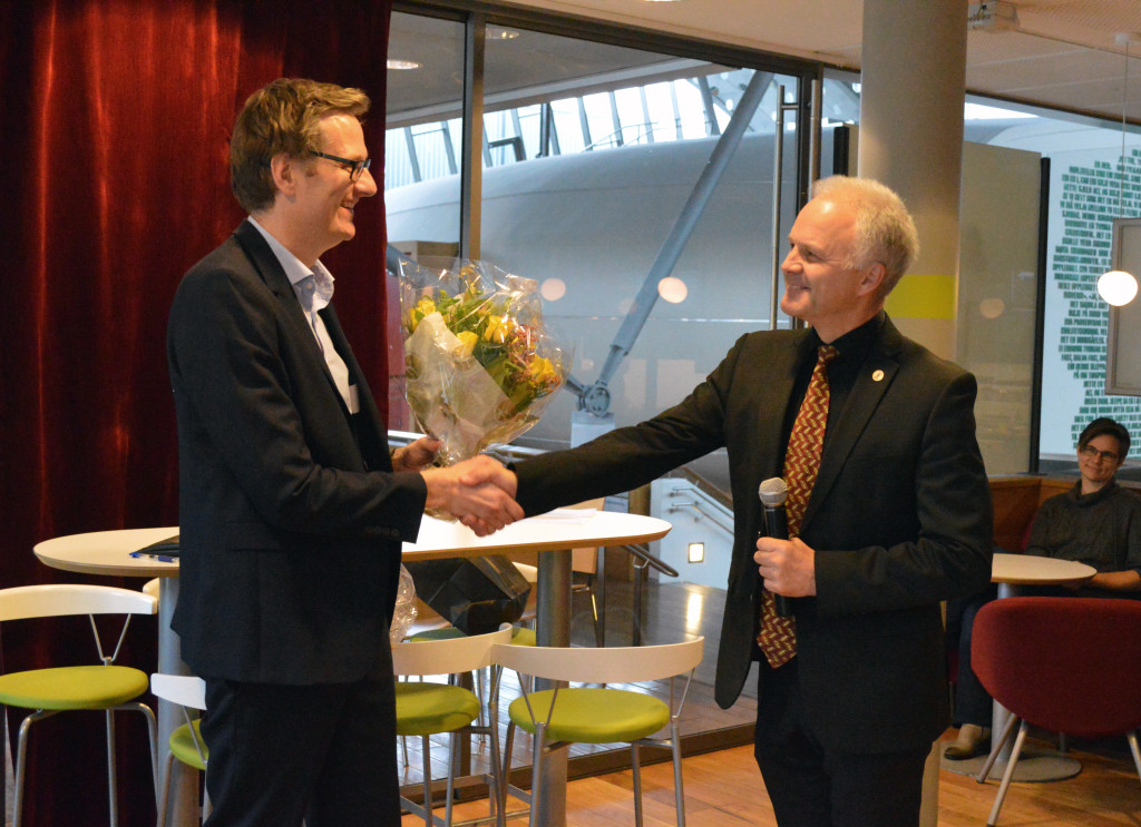 Dean of the Faculty of Soacial Sciences, Knut Helland, congratulating Håvard Haarstad. Photo: Grethe Meling