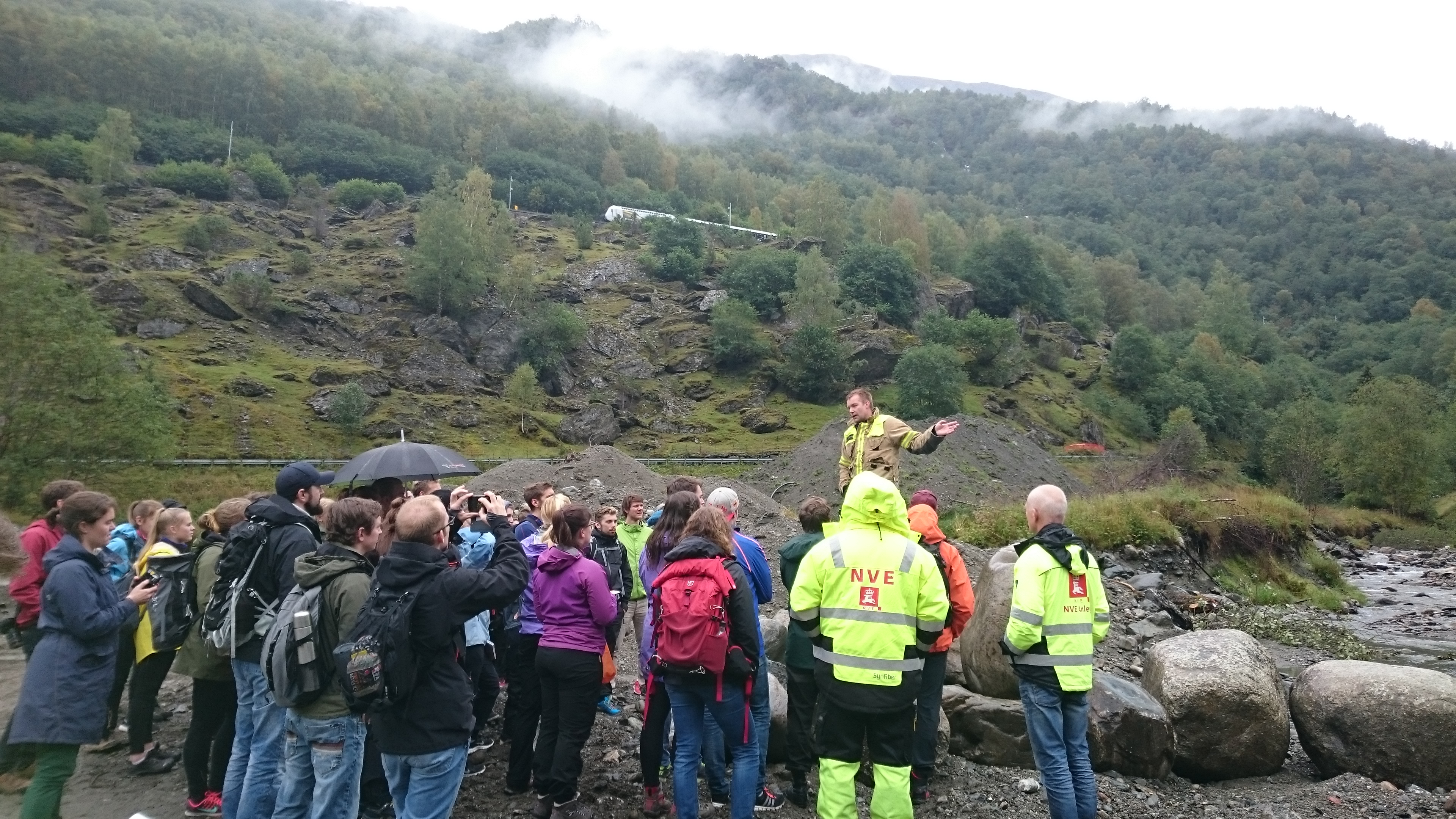 Fire chief Reinhardt Sørensen illustrates how Aurland municipality and NVE reconstructs Flåmselvens water course in the wake of disaster flood which hit the parish in October last year.